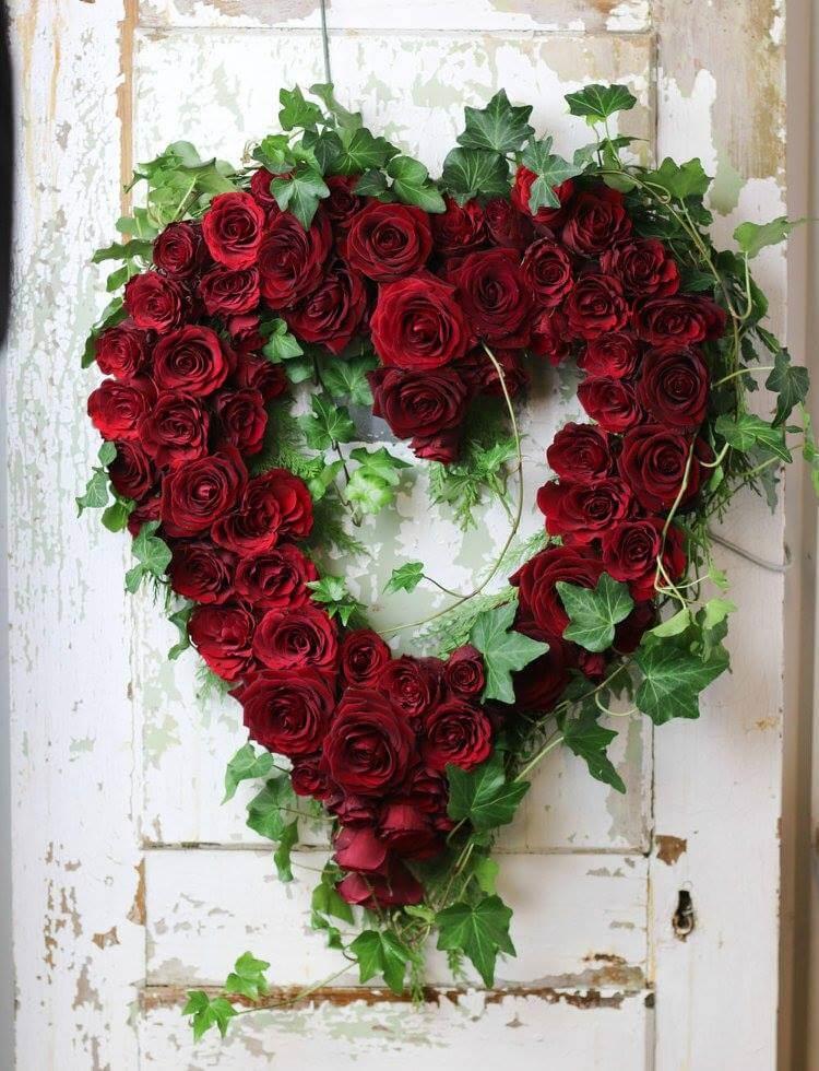 Ett öppet hjärta till begravning. Klassiskt och enkelt med röda rosor och en kant av murgröna.