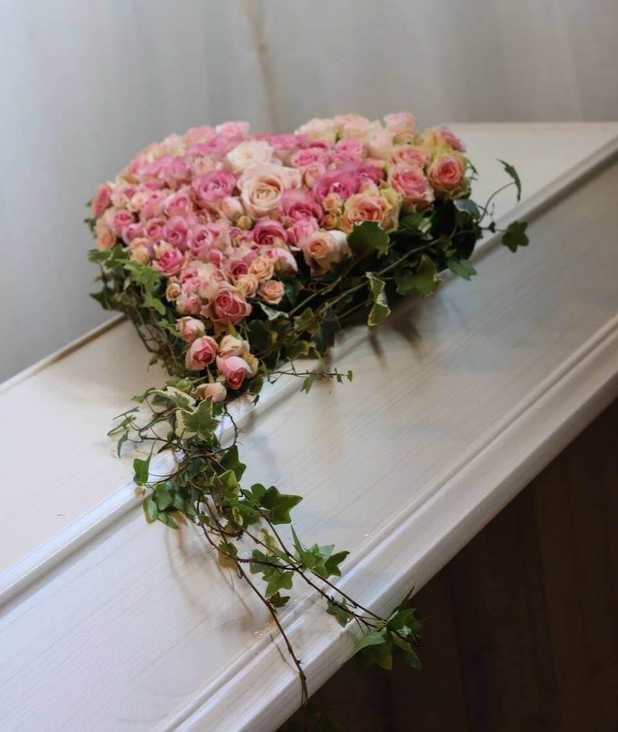 Ett hjärta till begravning. Här har vi blandat rosor i rosa nyanser. Blommorna varierar vi efter säsong. När man gör dessa hjärtan är det ofta vackert att låta floristen välja blommor och blanda sorter fritt.