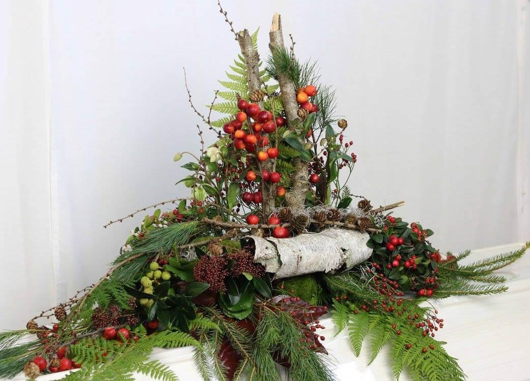 Kistdekoration med skogstema. Här har vi hämtat inspiration av allt det vackra som finns i skogen och i naturen. Blommor och övrigt naturmaterial varierar efter säsong.