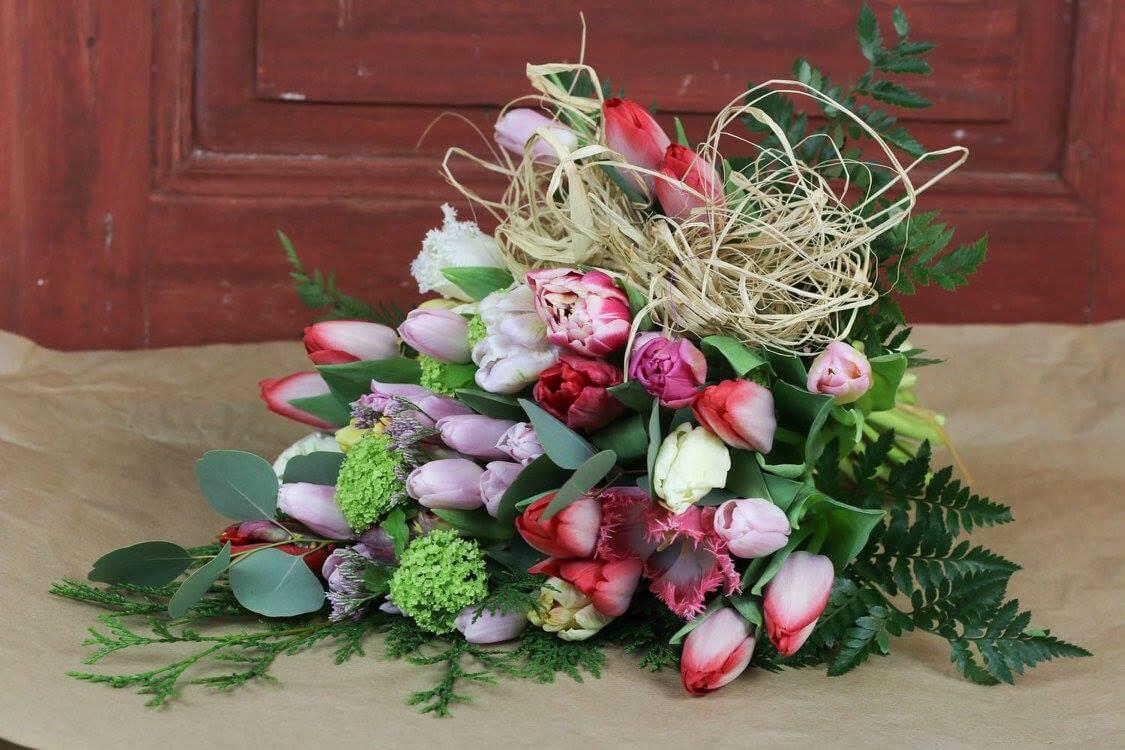 Ljus och vacker är denna våriga sorgbukett. Tänk på att dessa blommor inte finns hela året. Blommorna varierar efter säsong.