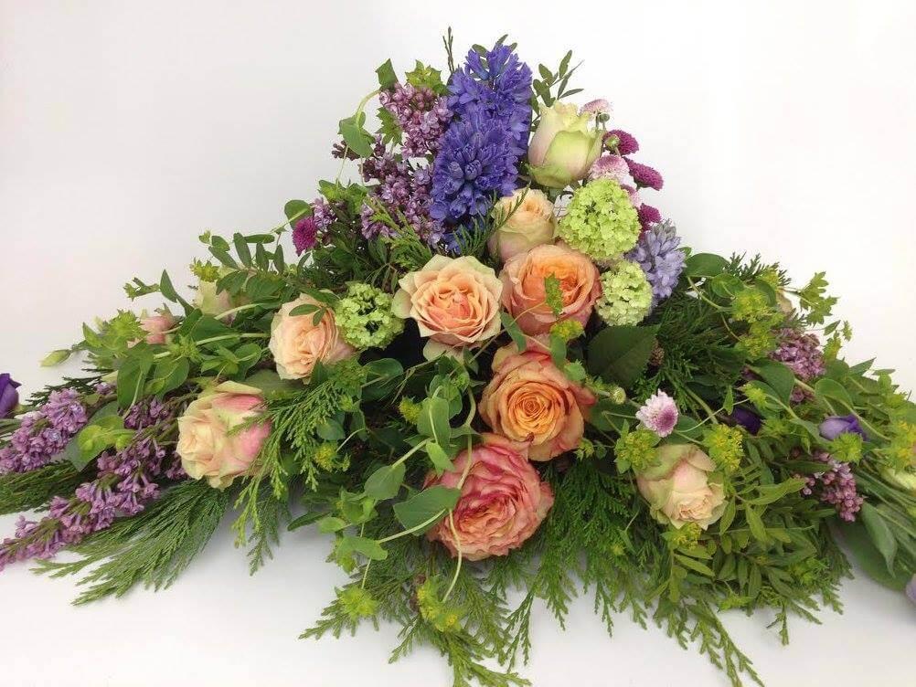 Rosor i pastell blandas med hyacinter, syrener, olvon och bupleurum. Blommorna varierar vi efter säsong.