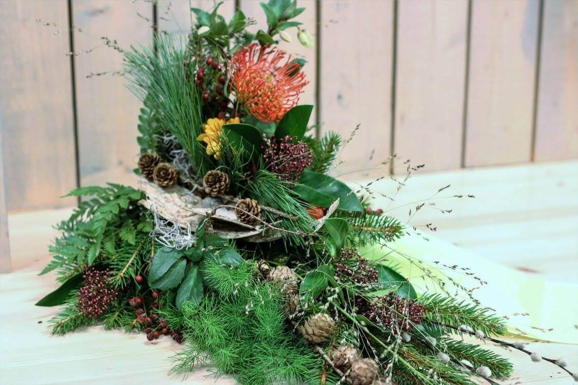 Med dova färger och mycket naturmaterial har vi skapat en sorgdekoration som passar för en människa som har älskat att vara ute. Blommor och annat material varierar efter säsong.