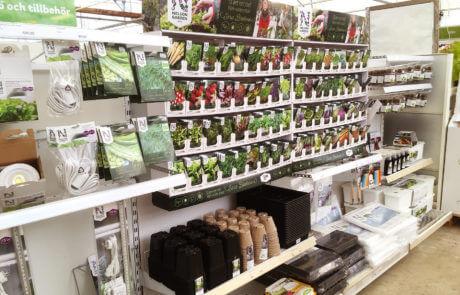 Odla året runt med Sara Bäckmo. Här, på Sollidens handelsträdgård, finns fröer utvalda för vinterodling. Givetvis har vi gott om trädgårdstillbehör också.