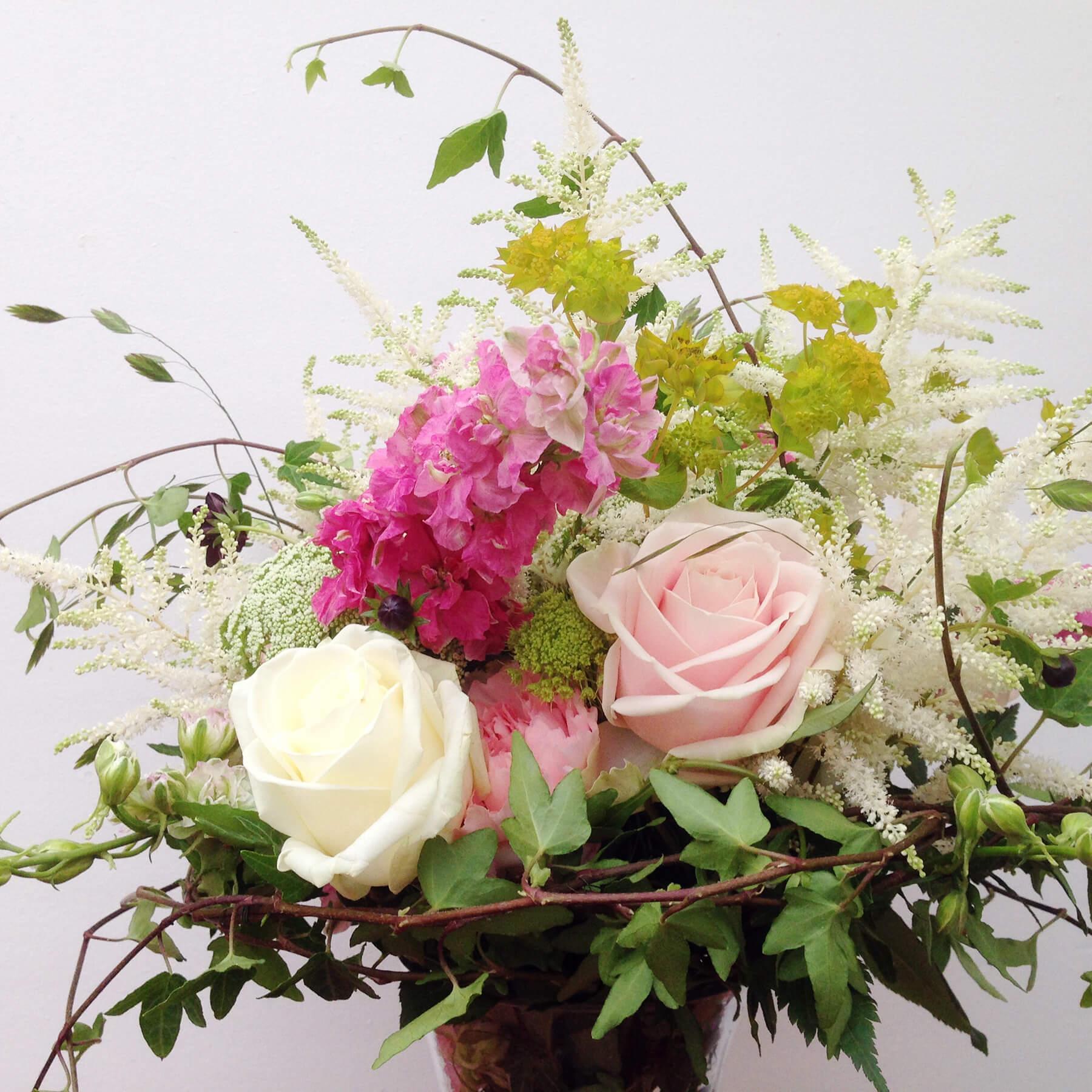 Blommor till bröllop: Vild och härlig brudbukett i rosa, vitt och grönt.