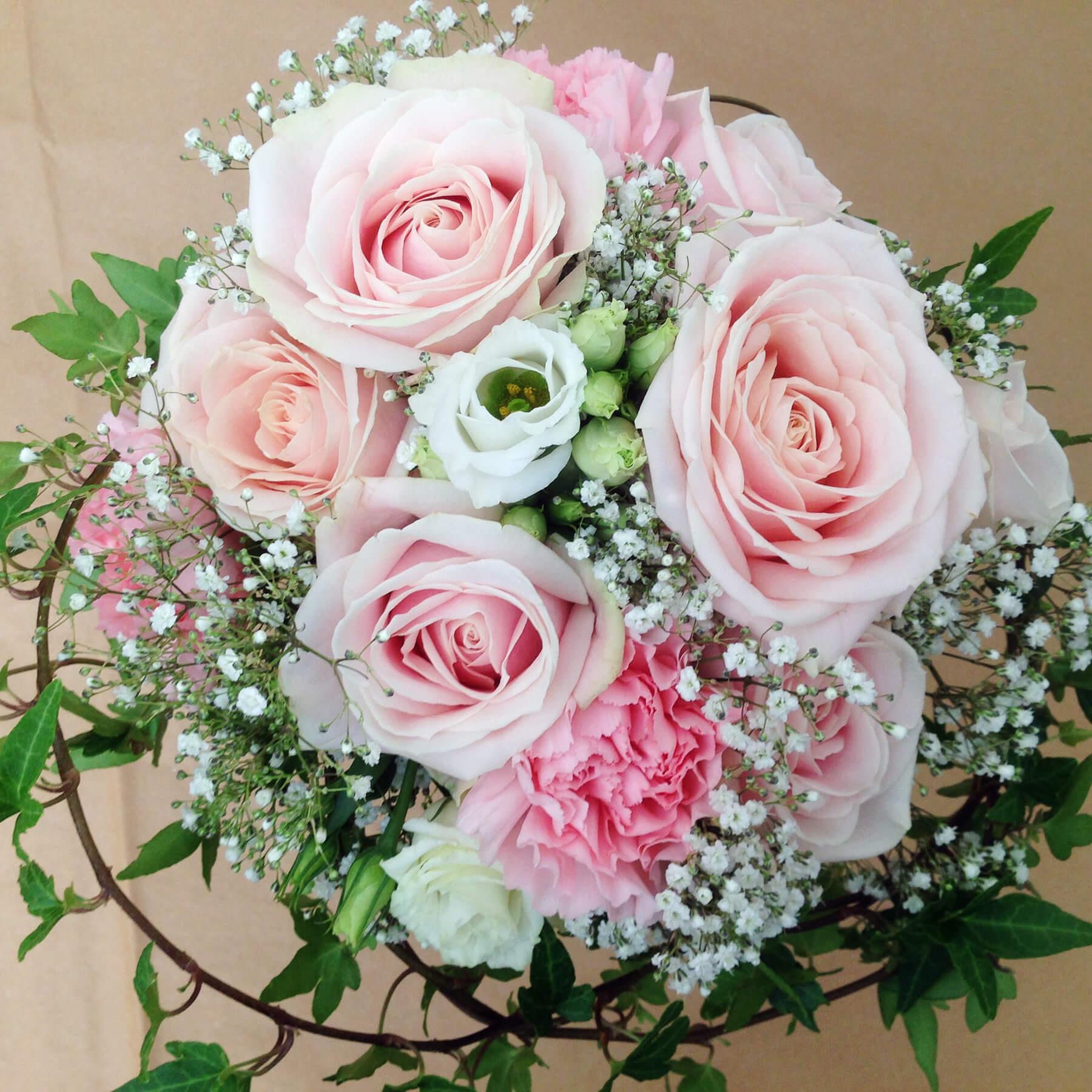 Blommor till bröllop: brudbukett i ljusa rosa nyanser. Rosen Sweet Avalanche, vit prärieklocka, småblommig brudslöja och murgröna gör tillsammans en romantisk brudbukett.