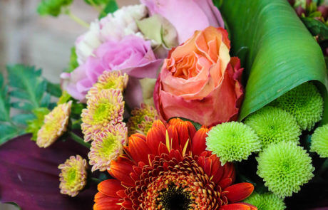 Bukett i blandade färger, med germini, rosor och nejlikor mm.
