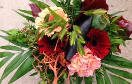 Gör någon glad! Skicka blommor. Till exempel denna färgglada presentbukett.
