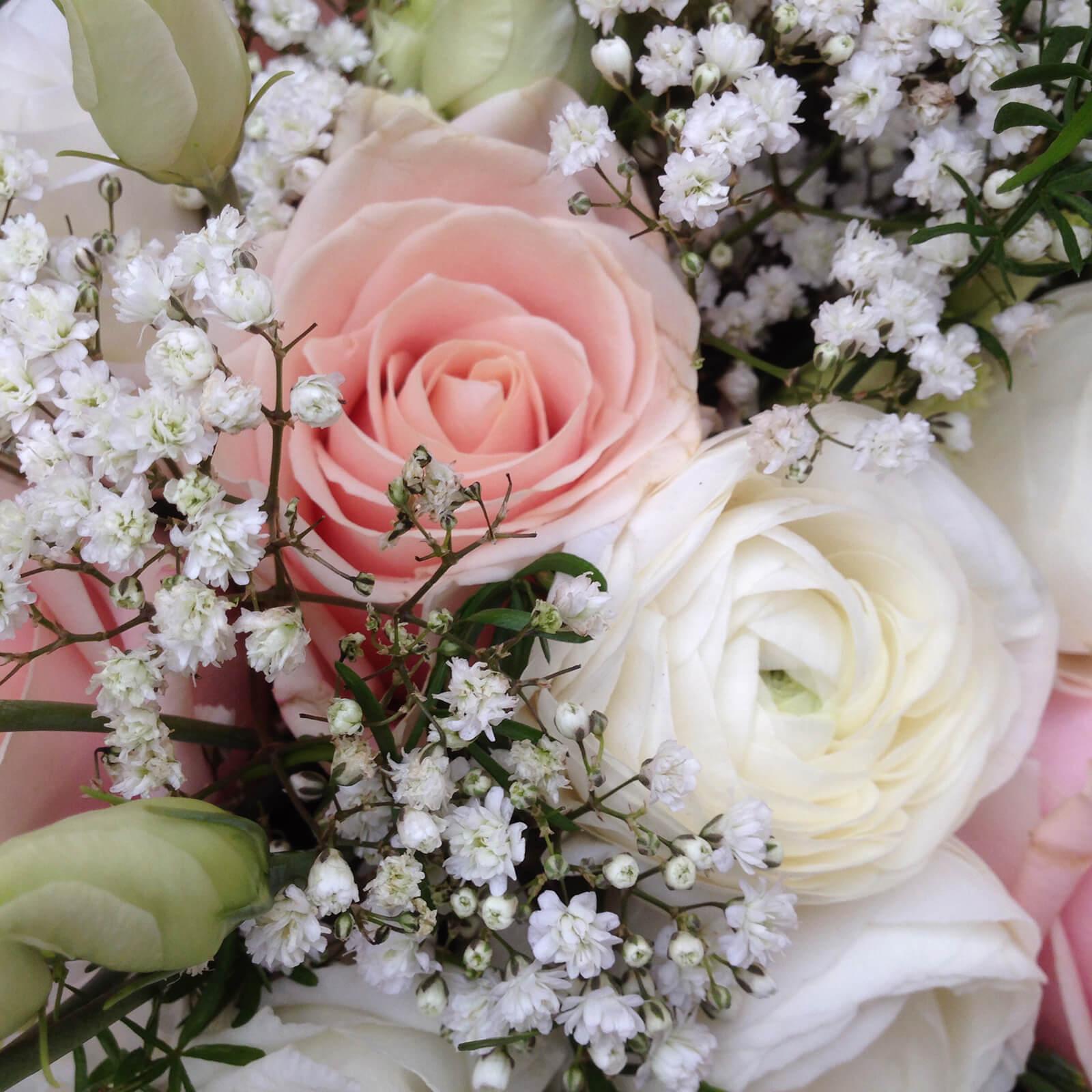 Närbild på snittblommor i vitt och ljusrosa. Rosen heter Sweet Avalanche, och så har vi vit ranunkel, prärieklocka och brudslöja.