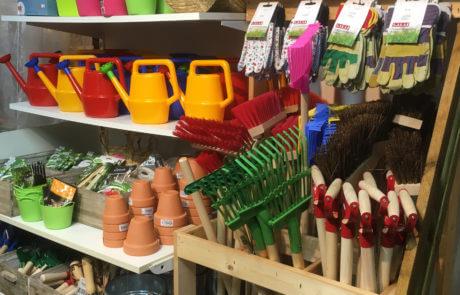 Här finns trädgårdsredskap för barn! Krattor, spadar, handskar och vattenkannor mm. Samt ett utvalt sortiment av fröer som är lättodlade.