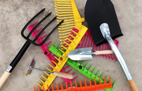 Trädgården lockar och det är dags att börja jobba. Behövs nya redskap?Kratta, räfsa, grep, spade och handredskap. Pigga upp redskapsboden med nya färgglada trädgårdsredskap! Kratta och räfsa i gult, rosa, orange och grönt.
