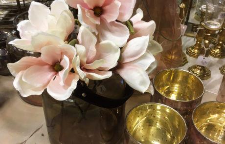 Magnoliablommor i siden. Denna milda rosa färg passar fint ihop med guld och brunt.