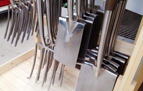 Med rätt redskap blir trädgårdsarbetet mycket roligare. Det är kanske läge att uppdatera sig med en ny spade, grep eller något annat?