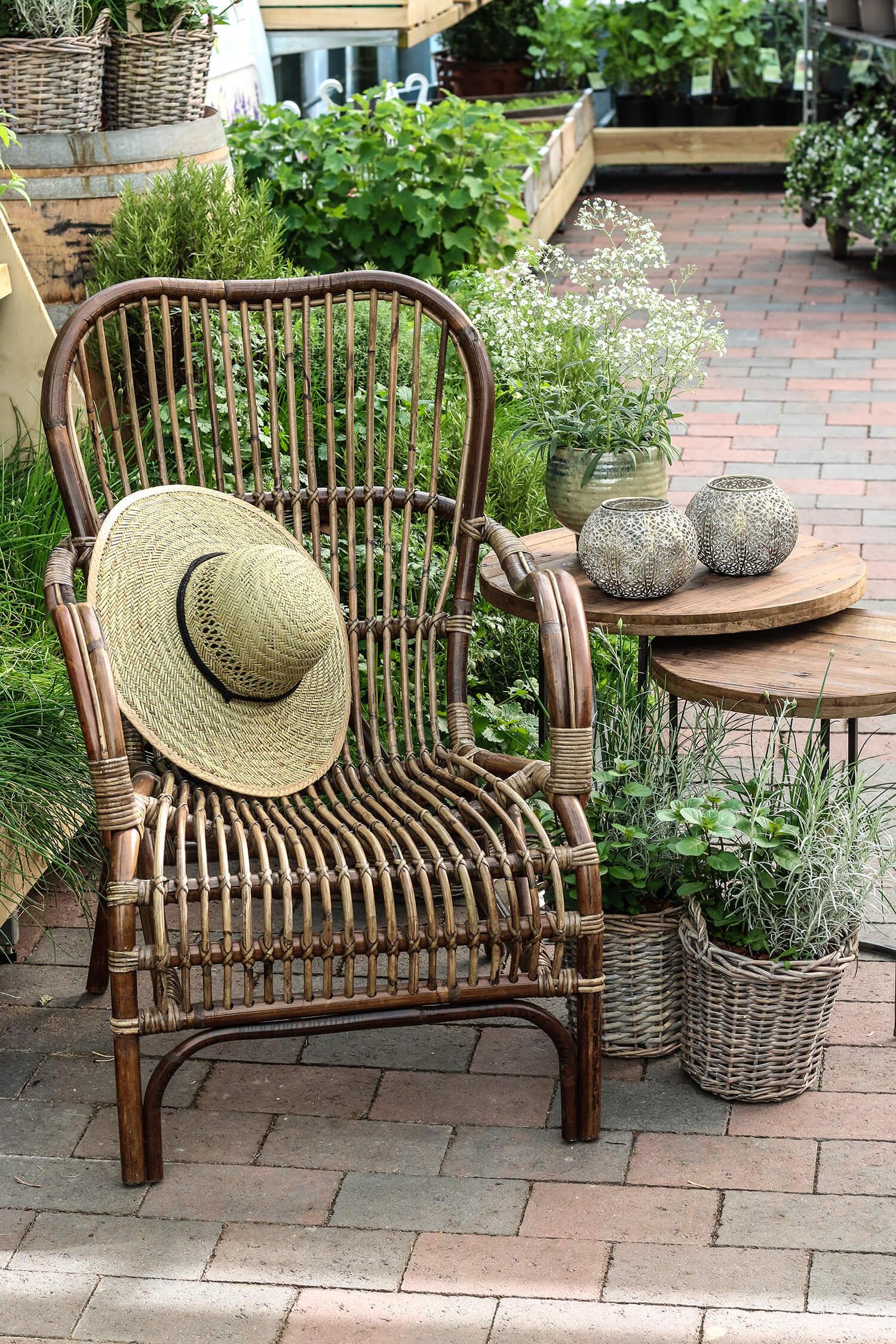 Så trevligt att slå sig ner i rottingstolen och känna doften av kryddörter och blommor. Halmhatten ligger framme och snart kommer solen.