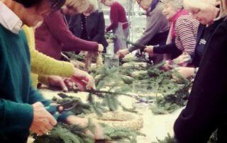Julstämning och ett härligt sorl fyller butiken. Vi har kranskurs, och deltagarna lär sig kransbindning. Roligt med bra uppslutning till våra evenemang på Sollidens handelsträdgård!