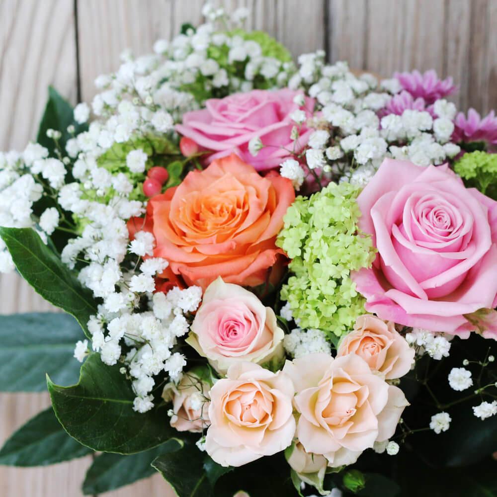 En kompakt bukett med blandade blommor i rosa och vitt. Skicka blommor i Hunnebostrand, Kungshamn, Väjern, Smögen, Bovallstrand och Hovenäset.