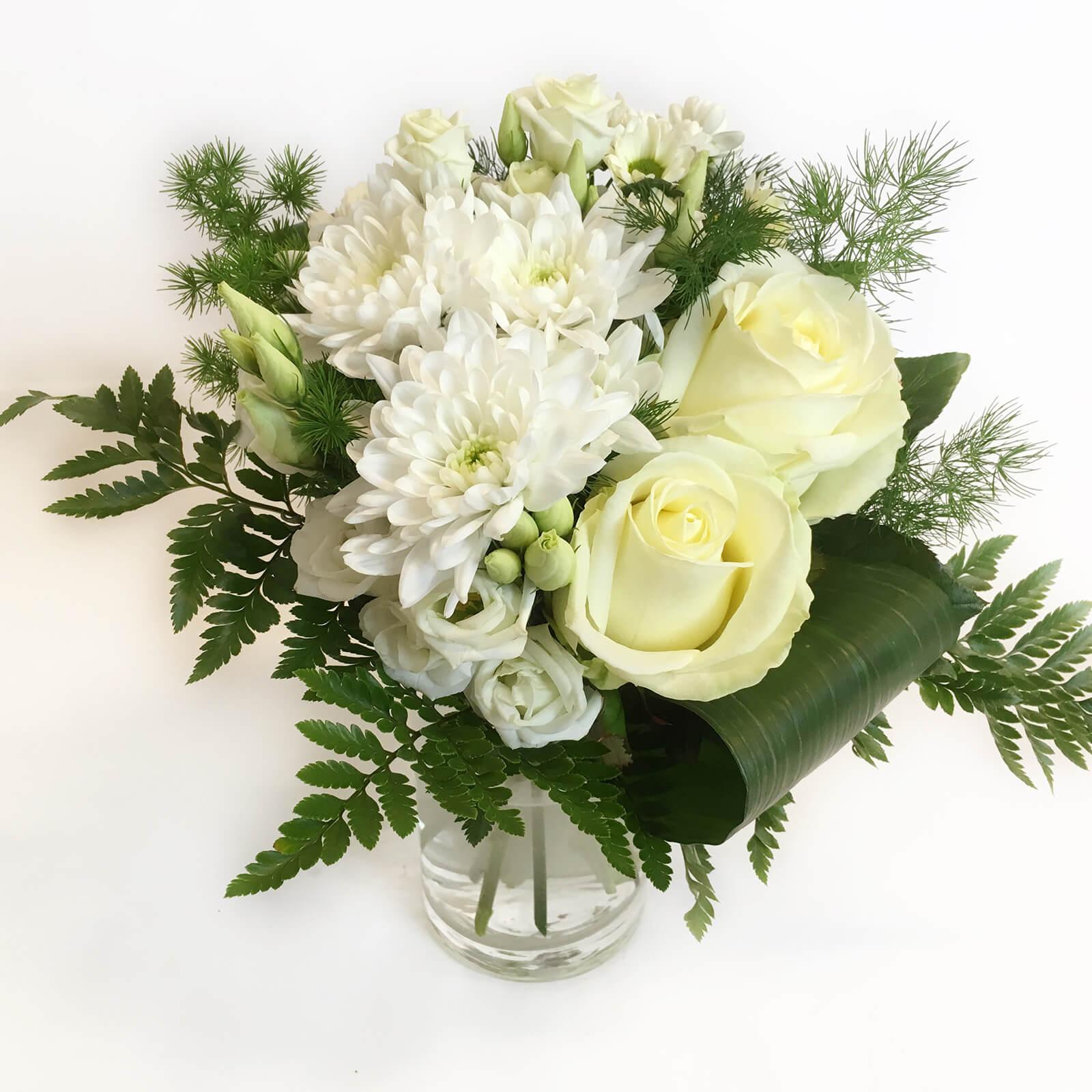 Gör någon glad! Skicka blommor. Till exempel en kompakt bukett i vitt. Vi levererar blommor till Hunnebostrand, Kungshamn, Väjern, Smögen, Bovallstrand och Hovenäset.