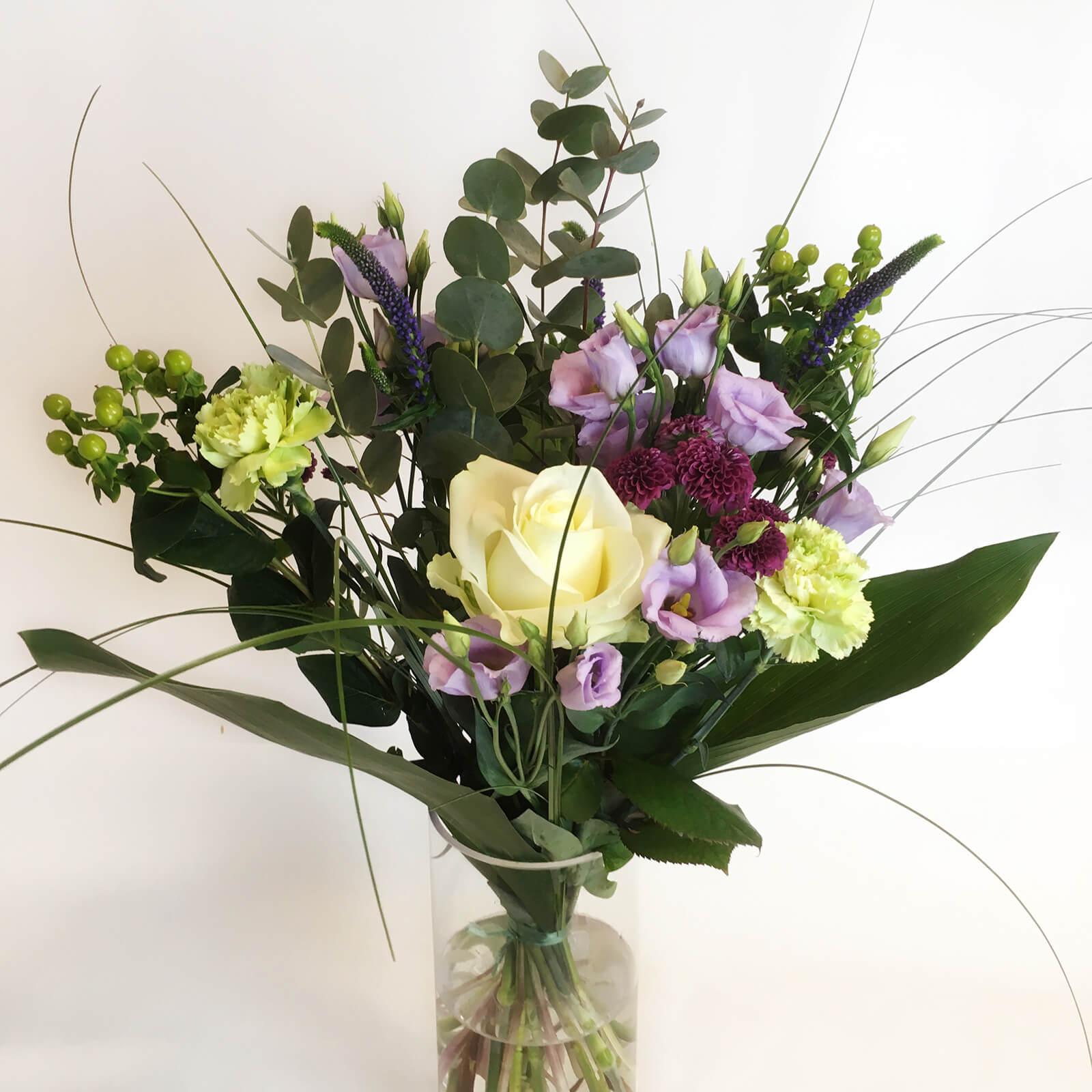 En luftig bukett med blandade blommor. Skicka blommor i Hunnebostrand, Kungshamn, Väjern, Smögen, Bovallstrand och Hovenäset.