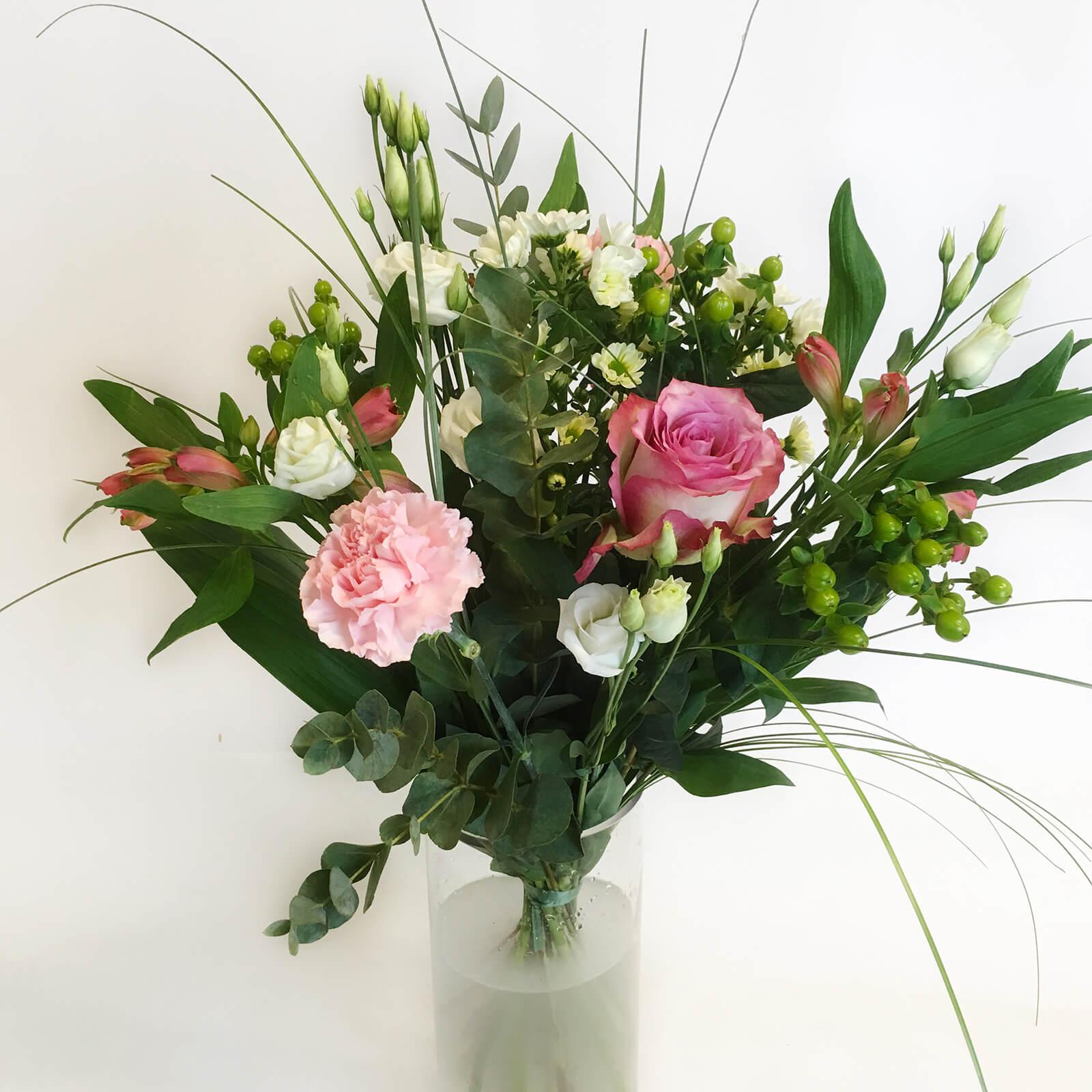 En luftig bukett med blandade blommor i vitt och rosa. Skicka blommor i Hunnebostrand, Kungshamn, Väjern, Smögen, Bovallstrand och Hovenäset.