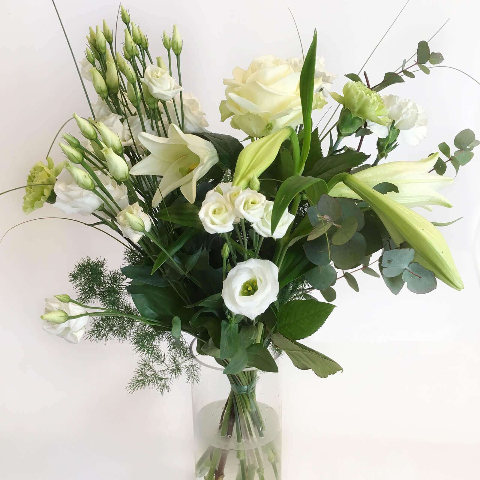 En luftig bukett med blandade blommor i vitt. Skicka blommor i Hunnebostrand, Kungshamn, Väjern, Smögen, Bovallstrand och Hovenäset.