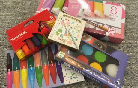 Bland våra leksaker finns mycket material för kreativt skapande och pyssel. Målarfärger, vattenfärg, gouachefärg, kritor, vaxkritor. Från Djeco och Penol.