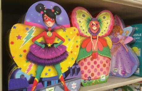 Vi har många fina leksaker! Dessa färgglada pussel är från Djeco.
