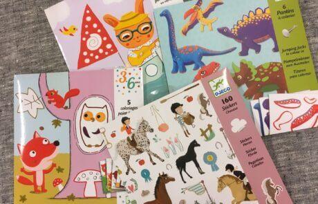Vi har många fina leksaker! Här finns pysselböcker och stickers. Djeco är ett omtyckt fabrikat.