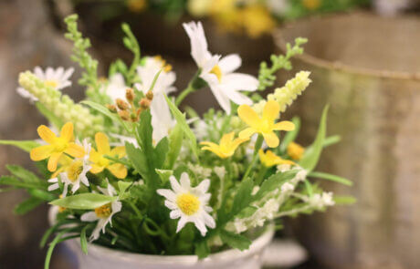 Sidenblommor: Sommarblommor i vitt och gult, bukett.