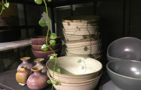 Interiör: Keramik, porslin, skålar och vaser.