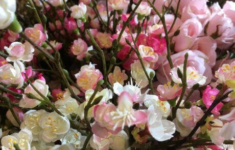 Sidenblommor i rosa och ljusrosa nyanser. Körsbärsblom.