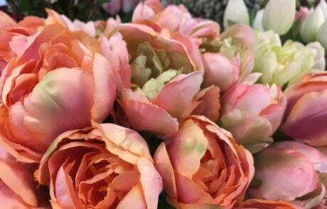 Rosa och aprikos sidenblommor: tulpaner.