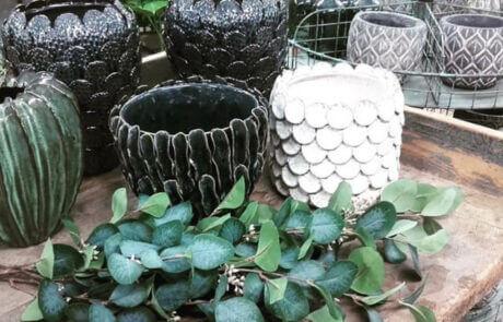 Interiör: Glaserade krukor och sidenblommor