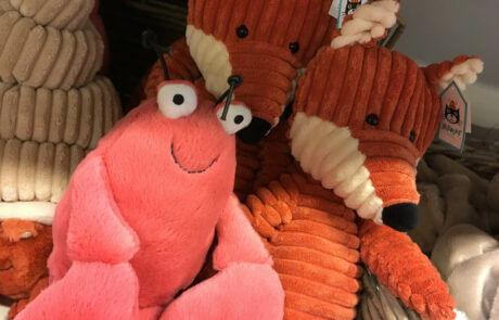 Vi har många fina leksaker! Här ser vi några gosedjur från Jellycat. En hummer och en räv.