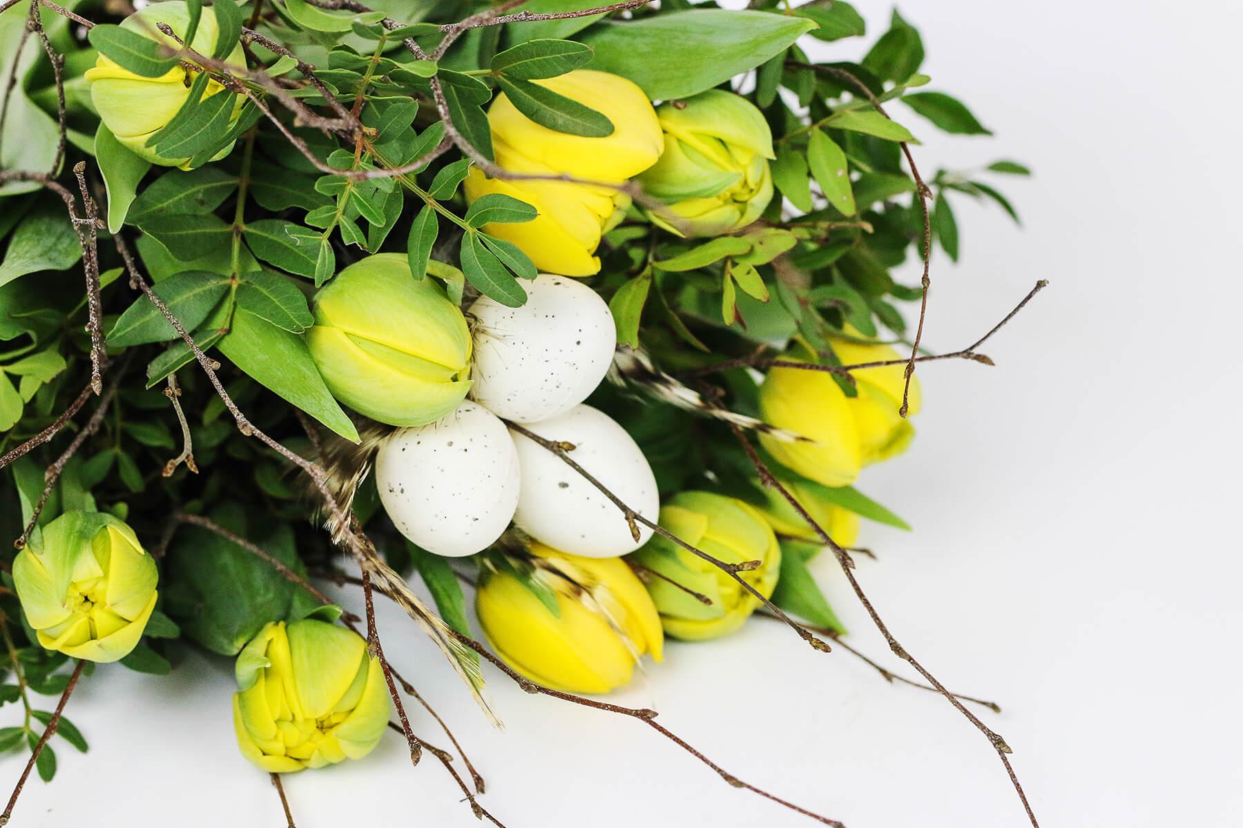 Det är påsk och vad passar bättre än en bukett med gula tulpaner, björkris och vita ägg?