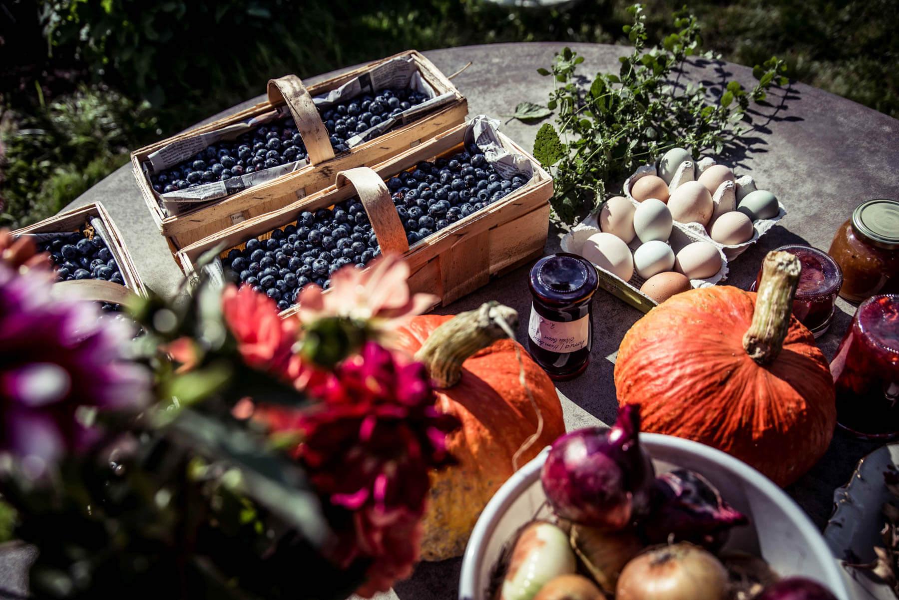 Skördemarknad & Trädgårdens dag med lokalt producerad mat och hantverk.