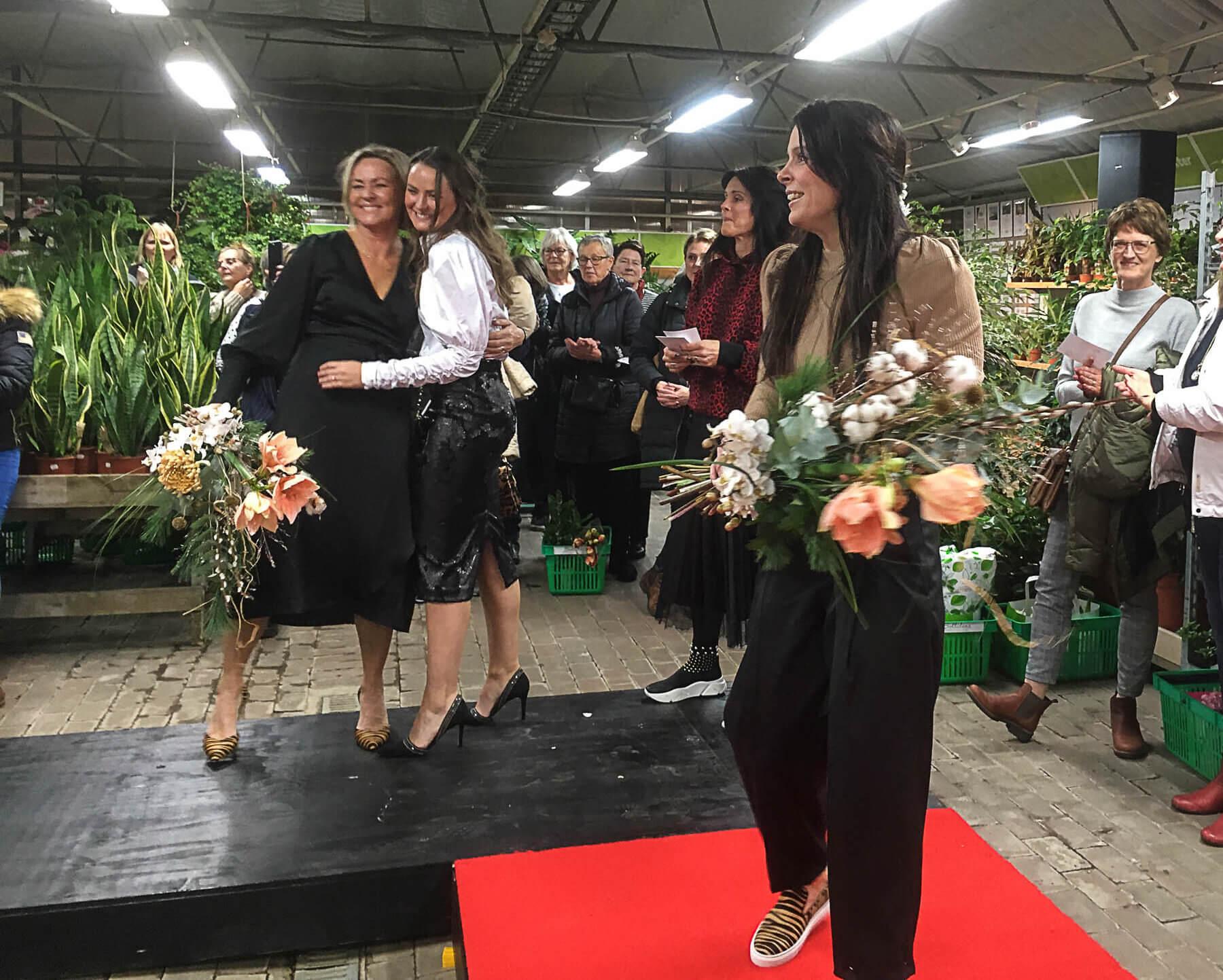 Tjejkväll! Här är det modevisning med modeller från Rocknromance som går på röda mattan. Evenemang på Sollidens handelsträdgård.