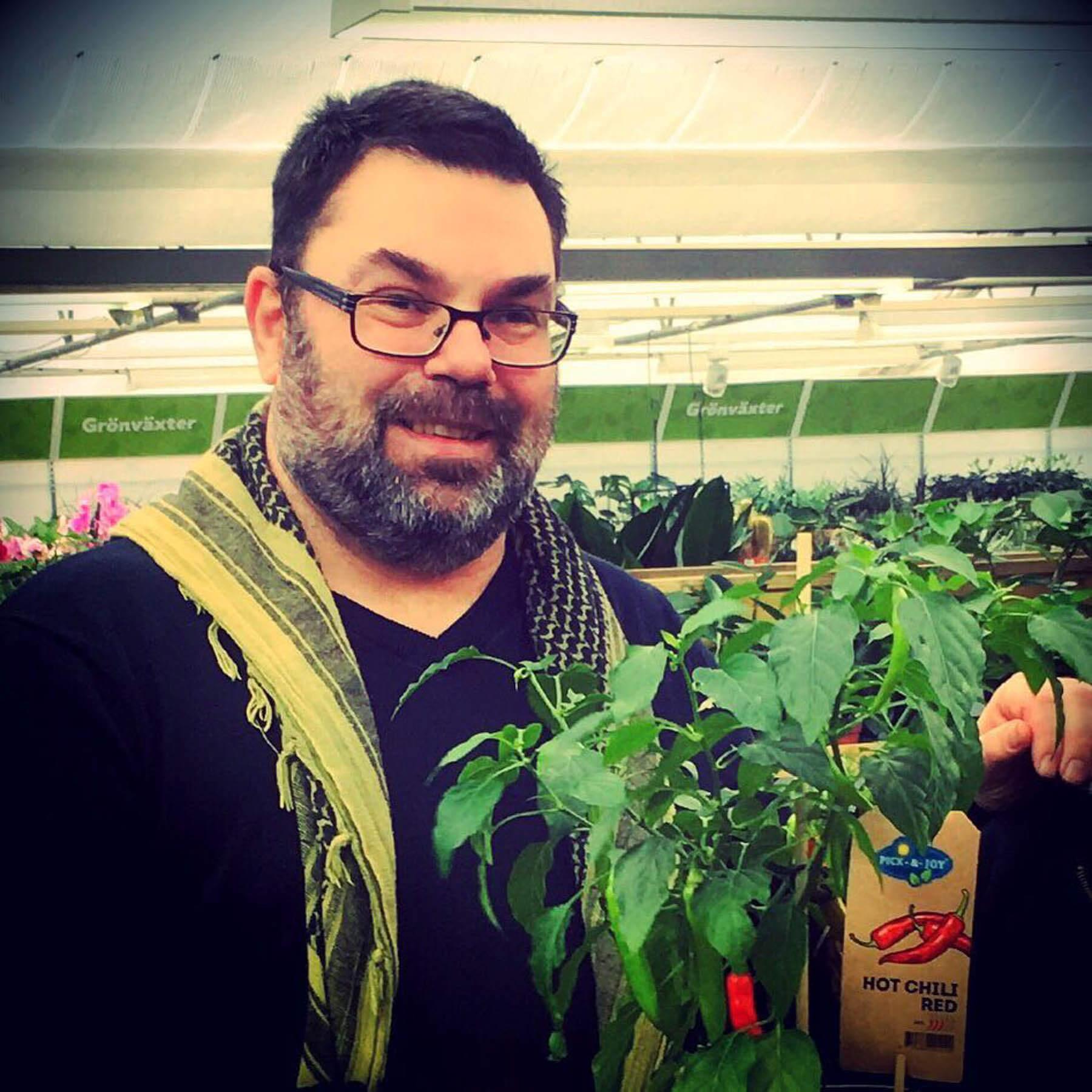 Christian Gilensparr från Westkust Chili ser ut att må gott bland alla chiliplantor.