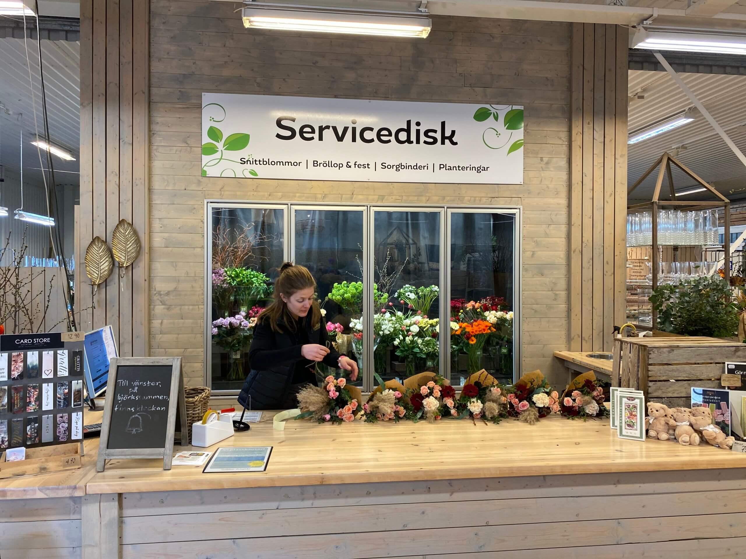 Vid servicedisken finns det florister som hjälper dig med beställning av blomsterbud, blomsterförmedling, blommor till begravning, bröllop mm.