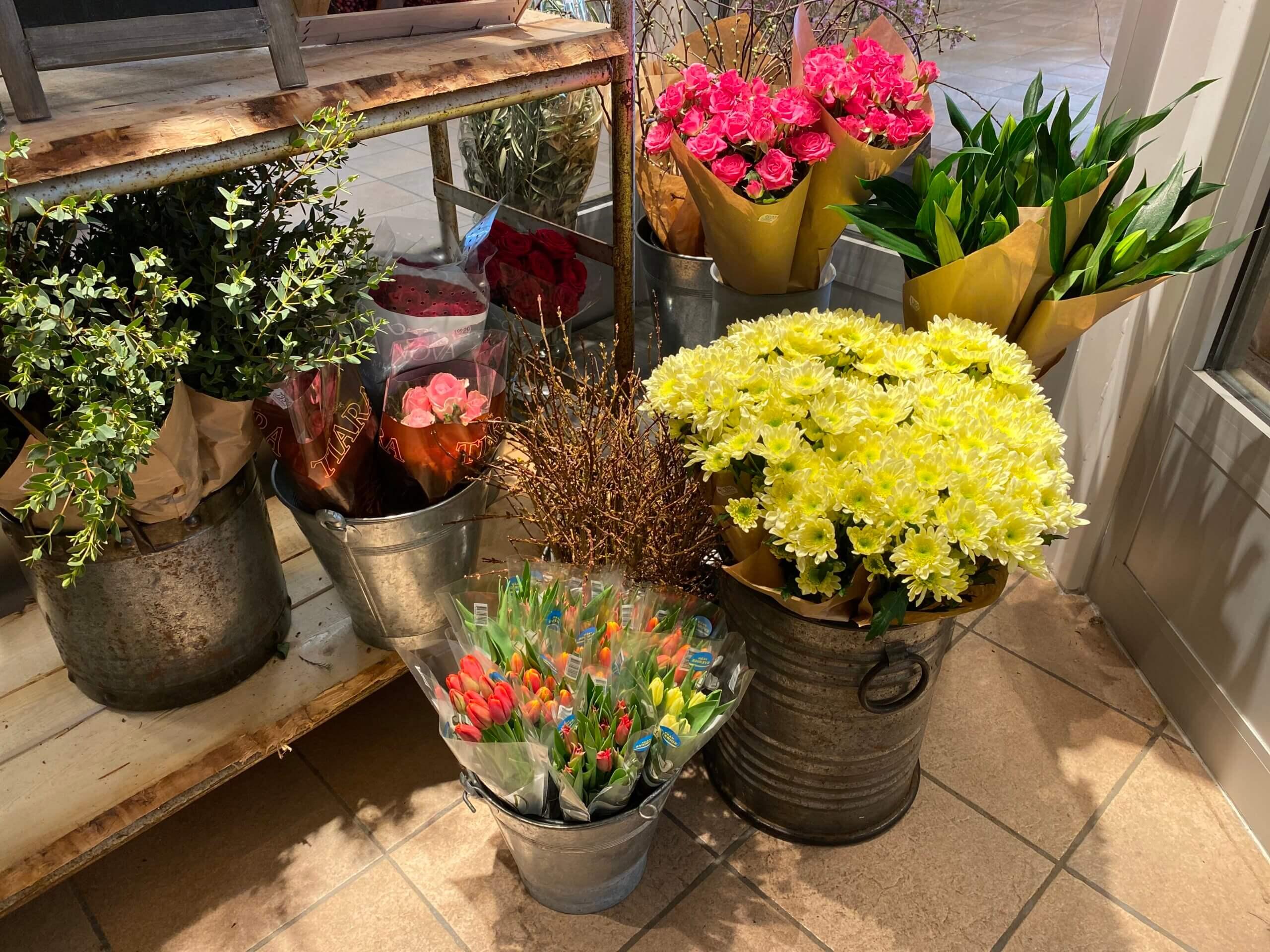 Buntar med snittblommor hittar du alltid i den stora blomsterkylen. Sortimentet varierar efter årstid och säsong.